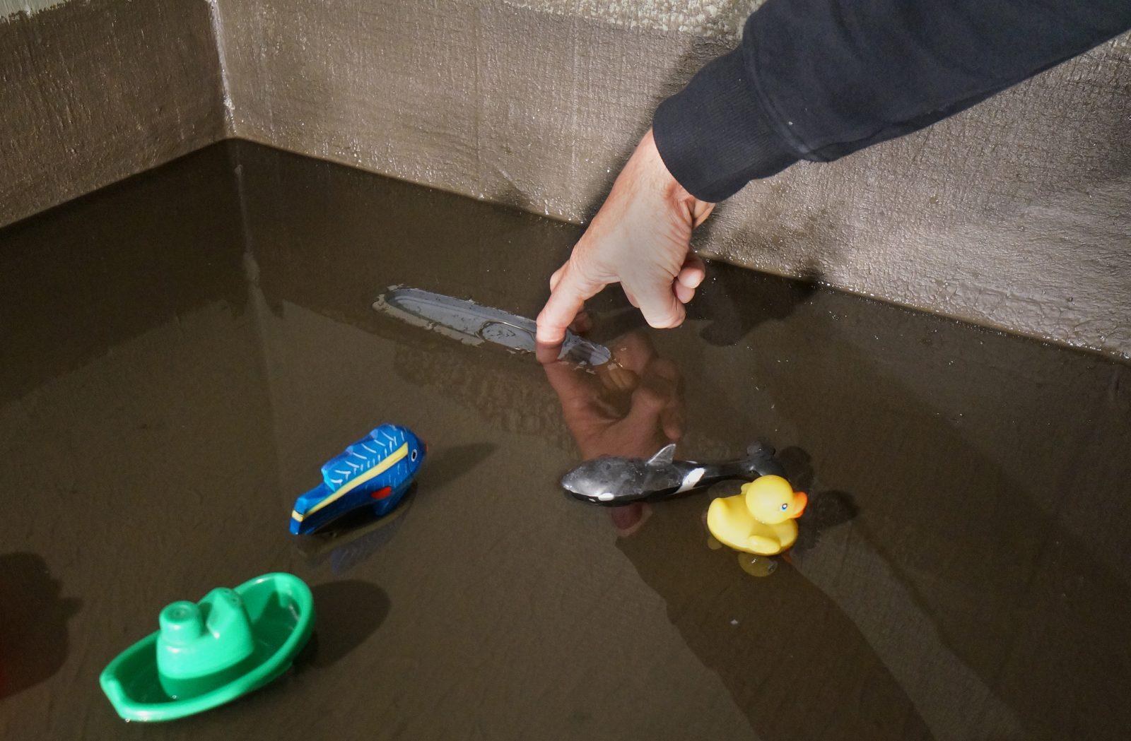Det er lurt å ta en vanntest av gulvet for å sjekke at membran og slukovergang  er tett.