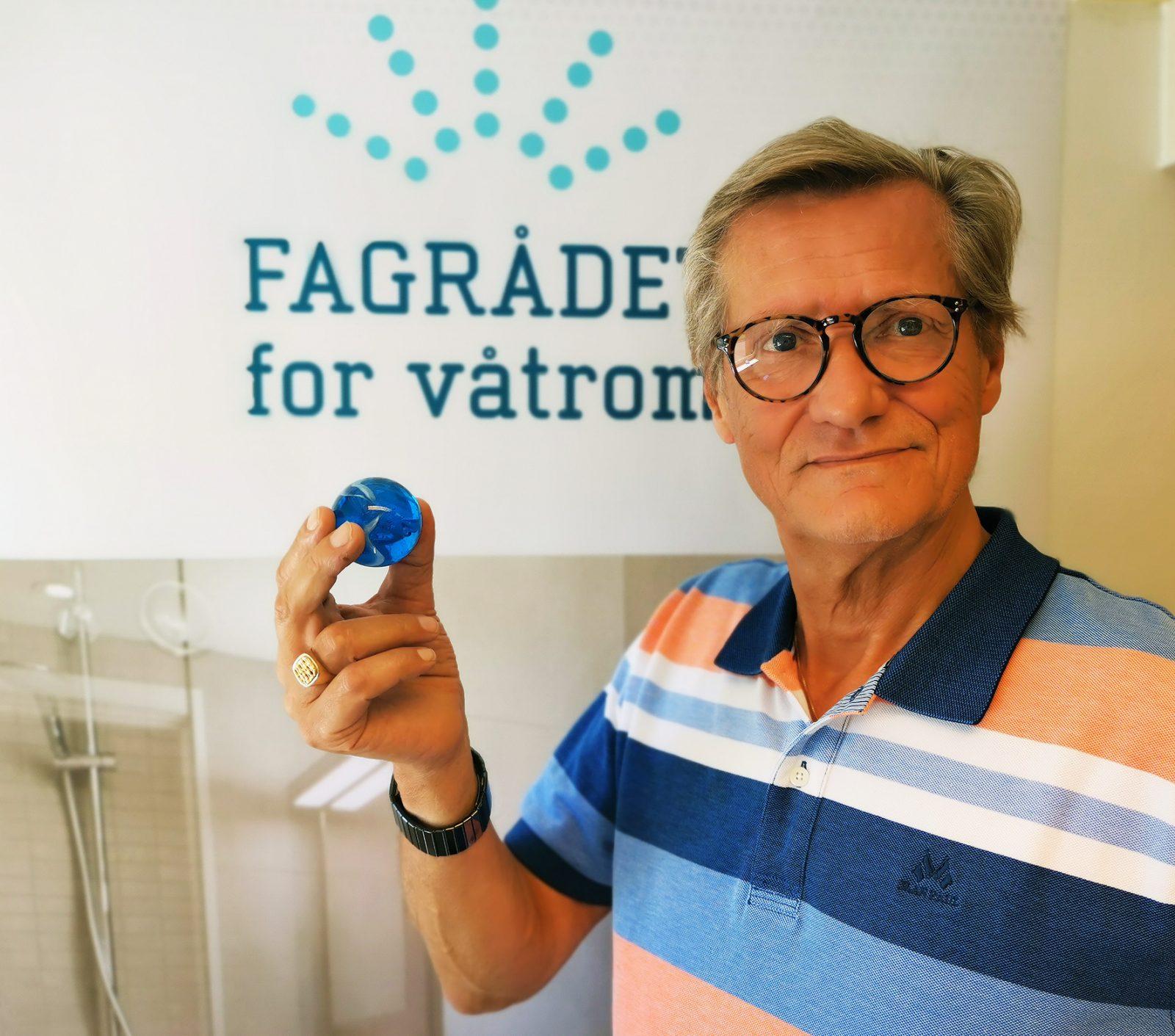 Fagsjef i FFV Bjørn Grimsrud holder opp en stor kule, også kjent som sluklokalisator